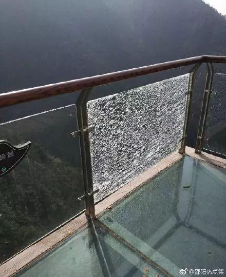 邵阳一景区玻璃栈道玻璃碎裂吓坏游客,景区:疑为人为破坏