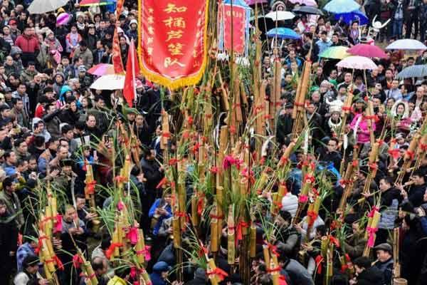 广西上万名多数民族大众赶坡会 千人吹芦笙比响