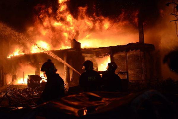 孟加拉国首都达卡昨夜突发火灾,至少81人遇难