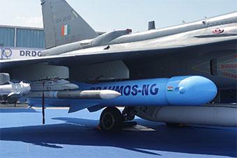 印度航展LCA战机挂新一代布拉莫斯导弹展示