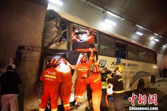 桂林一大巴车高速失控撞向隧道壁 致4人死亡多人受伤