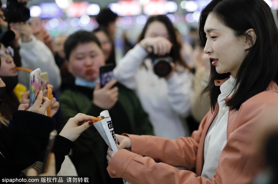 江疏影粉外套粉包少女十足 机场吃辣条与粉丝分享超可爱