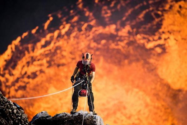 英国小伙探秘瓦努阿图岛活火山 身后岩浆翻滚如炼狱之口