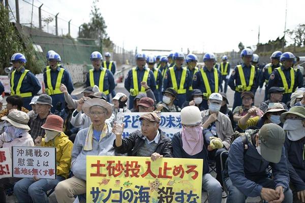 日本抗议者在美海军陆战队营地前静坐 阻止施工车辆通过