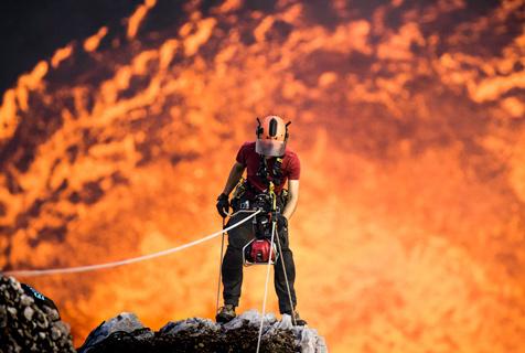 英国小伙探秘活火山 身后岩浆翻滚如炼狱之口