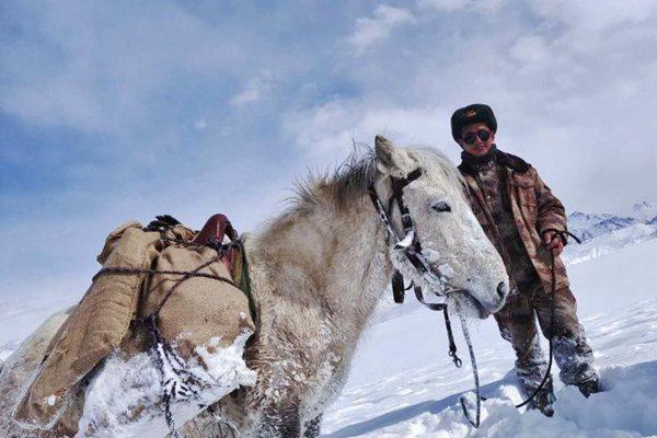 大雪封山!西藏边疆官兵人背马驮送物资