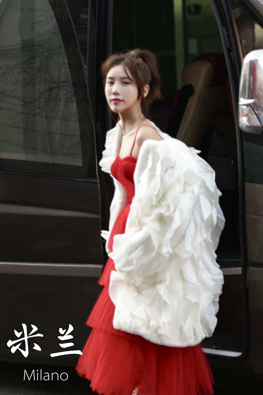 施予斐应邀出席米兰时装周 红白玫瑰风着装大年夜放异彩