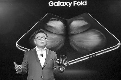三星电子移动通信事业部总裁高东真向大家 介绍Galaxy Fold。