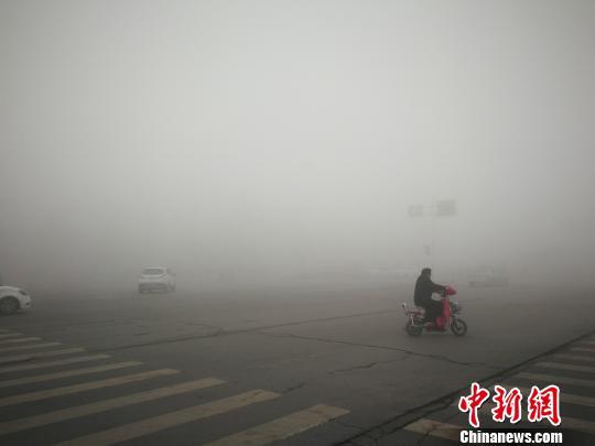 郑州发布雾霾红色预警 大雾天气将持续
