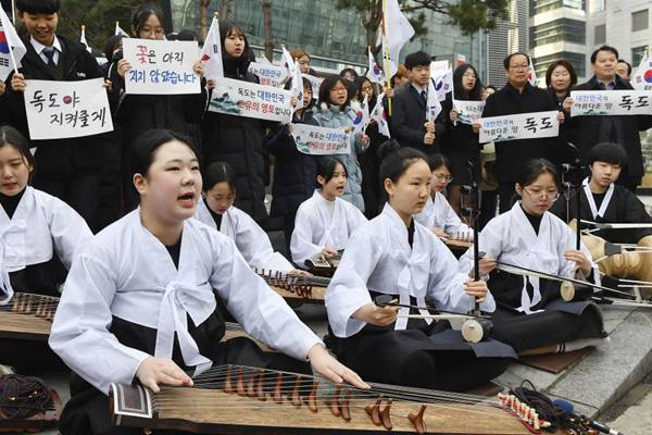 韩民众弹古筝抗议日本举办