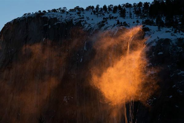"""美国约塞米蒂国家公园现""""火瀑布""""奇景"""