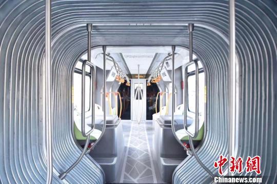 """中国北疆首列""""智轨""""电车在哈尔滨市试跑"""