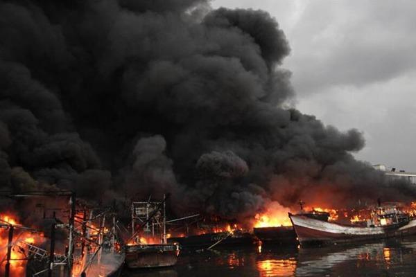 印度尼西亚雅加达一处港口发生火灾