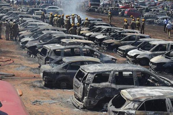 印度班加罗尔一停车场失火 300辆车被烧毁