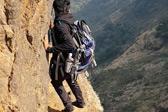 印度一男子仅半米宽悬崖峭壁边徒步