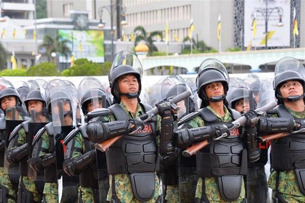 文莱举行阅兵游行庆祝建国35周年