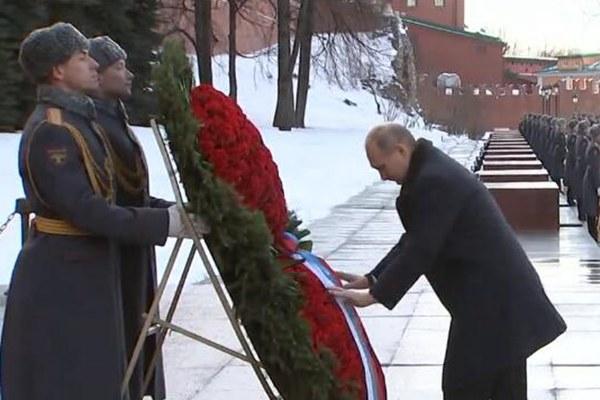 """俄庆祝""""祖国保卫者日""""普京向无名战士墓敬献花圈"""