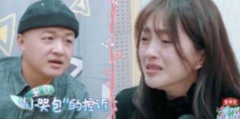 袁咏仪跟包文婧聊天却频频看手机,当看清手机内容后,网友超感动