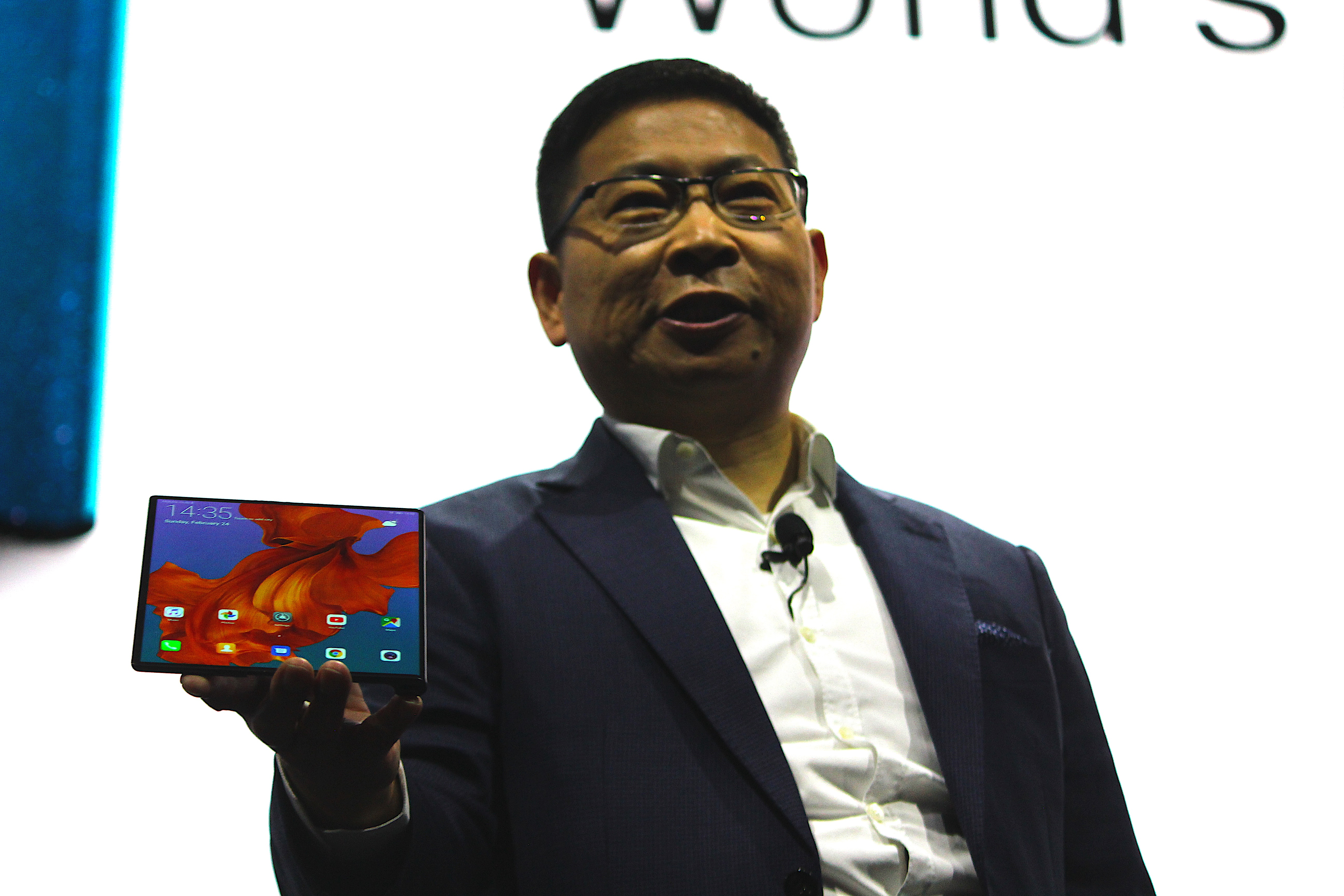 www.33rfd.com_华为首款5G折叠屏手机HUAWEI Mate X亮相