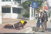 泰两少年骑摩托未戴头盔 交警罚其路边做俯卧撑