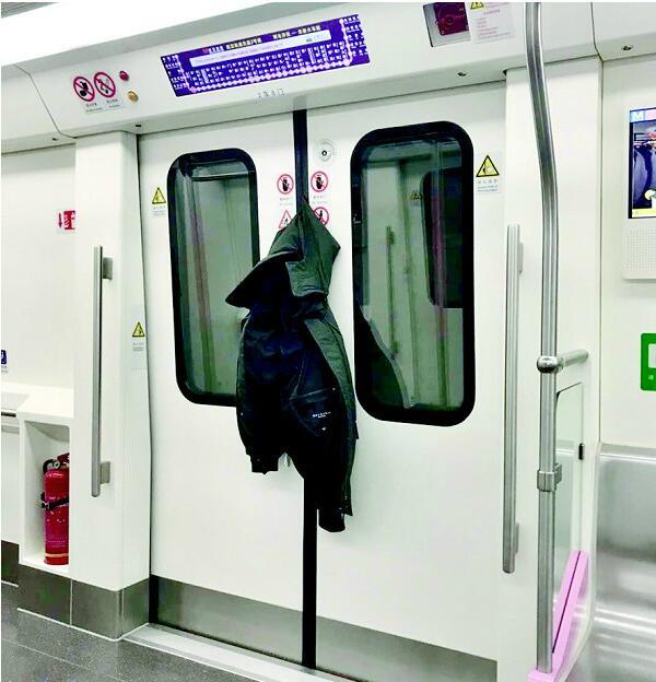 囧!男子外套被地铁车门夹住,连坐11站终于脱身