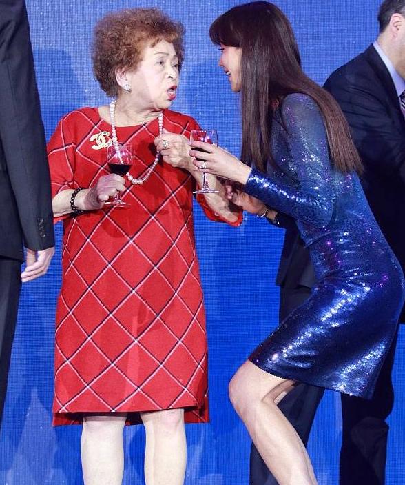 """44岁林志玲活动""""见人弯膝"""",腿部肌肉明显,身材太高也不易!"""