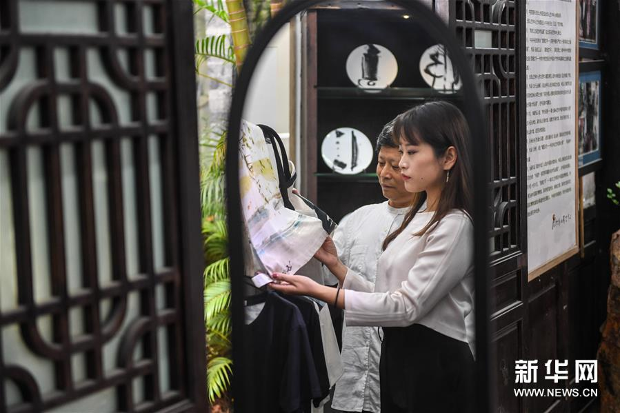 """探访转型期的""""中国油画第一村"""""""