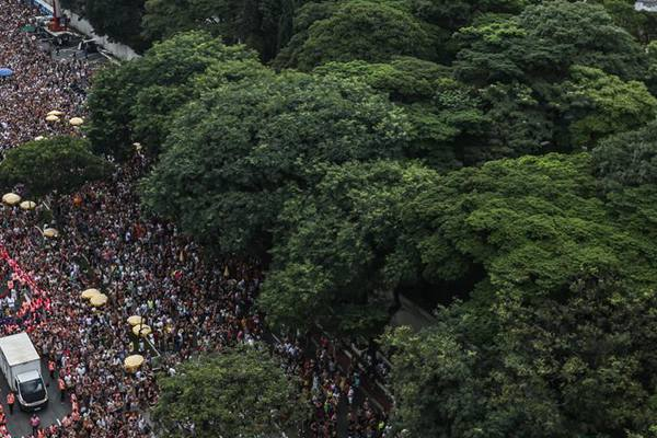 人潮涌动!巴西圣保罗街头狂欢,民众盛装参与活动
