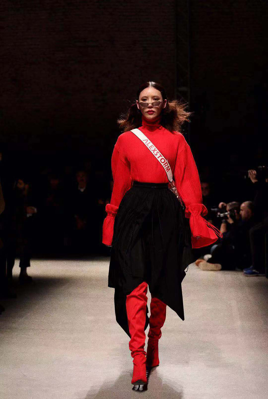 施予斐米兰时装周首秀气场全开 被誉精致骨相时髦女孩