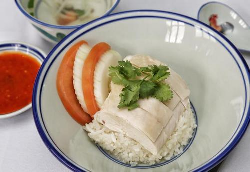 新媒:新加坡哪些美食受欢迎?中国海南鸡饭上榜