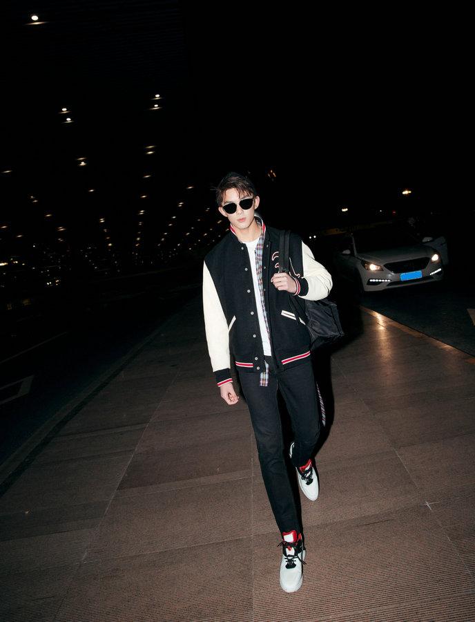 吴磊赴米兰出席品牌活动 夜行机场青春活力