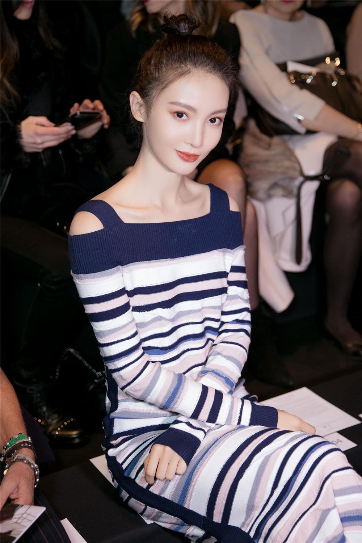 金晨裹身长裙亮相米兰时装周 率性自然