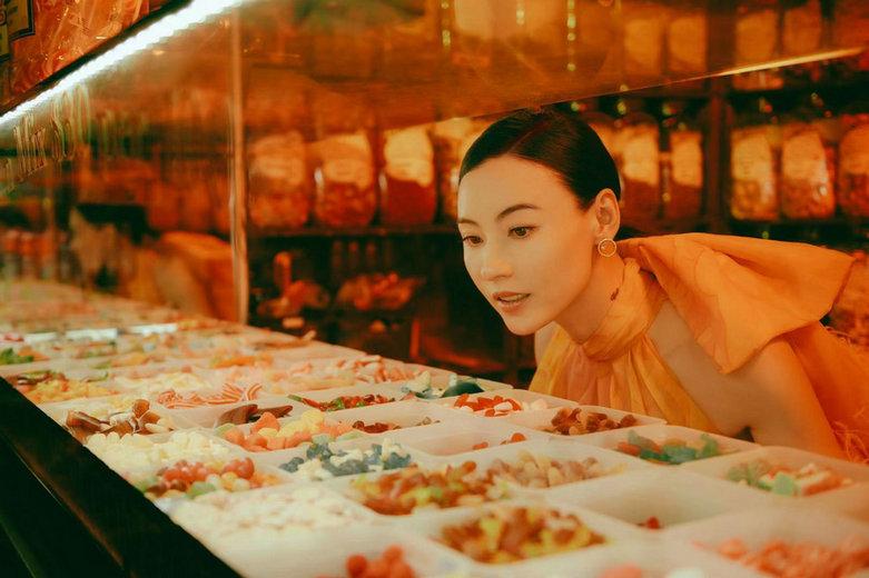 张柏芝糖果屋拍写真笑容明媚 满屏少女风