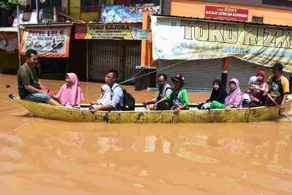 印尼雨季洪水成灾 民众划船出行