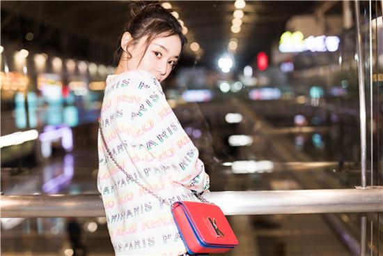 袁姗姗启程巴黎时装周 造型清新少女感十足