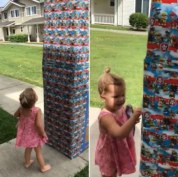 美海军陆战队战士回家探亲 藏进礼物盒给女儿惊喜