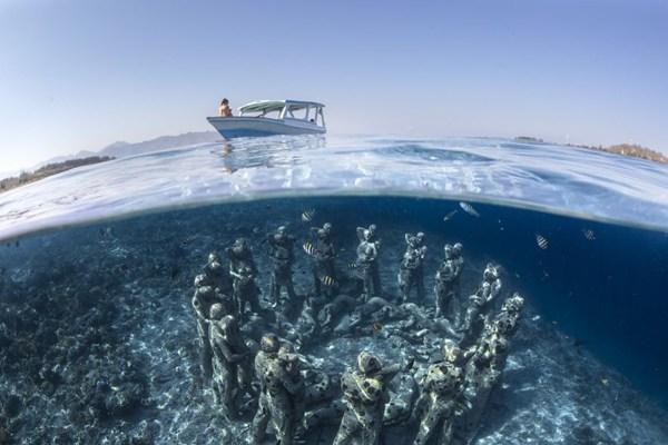 """英国艺术家在印尼创作""""海底兵马俑"""""""