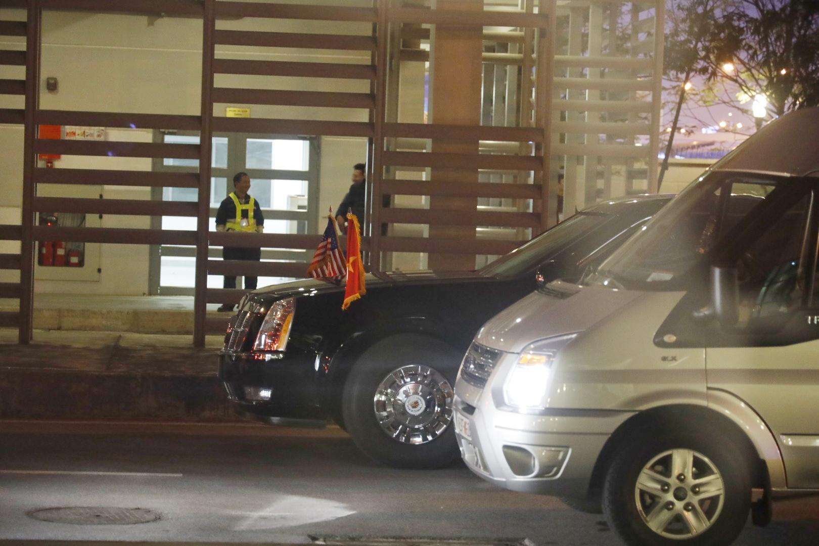 美方安保人员和总统专车现身河内机场,空军一号即将抵达