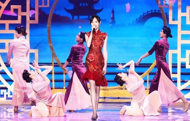 结婚后的唐嫣,身材妖娆多姿,红色旗袍比舞蹈人员身材还棒?