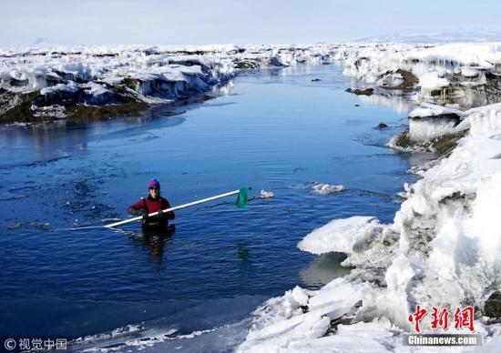 南极洲冰架断裂形成一座冰山 大小相当于两个纽约