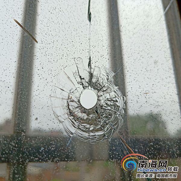 海南一校长办公室玻璃窗上现3个疑似弹孔 警方介入