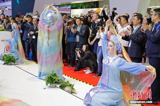 资料图:11月6日,在上海国家会展中心举行的首届中国国际进口博览会上,参观者观看来自俄罗斯民风舞蹈表演团的民俗歌舞表演。殷立勤 摄