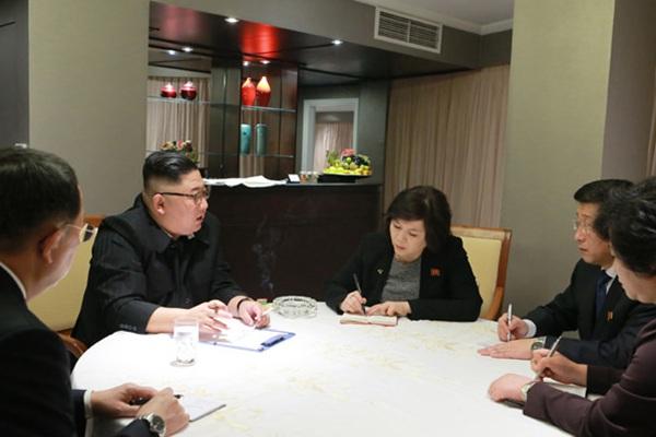 金正恩抵达越南河内 在酒店听取汇报画面曝光