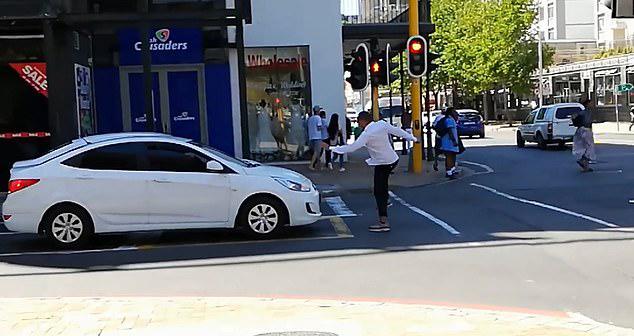爆笑!南非开普敦街头男子恶作剧戏弄汽车司机