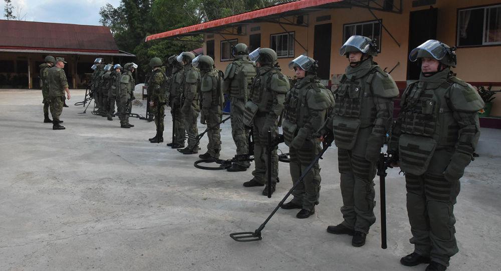 俄军工兵在老挝排除300多枚留地雷和未爆物