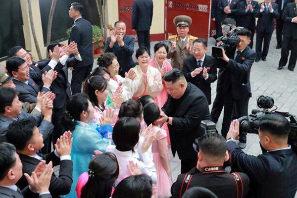 金正恩走访朝鲜驻越南大使馆 与工作人员亲切交流