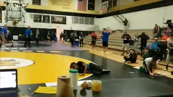 美高中生意外从天花板坠入摔跤比赛现场吓呆众人