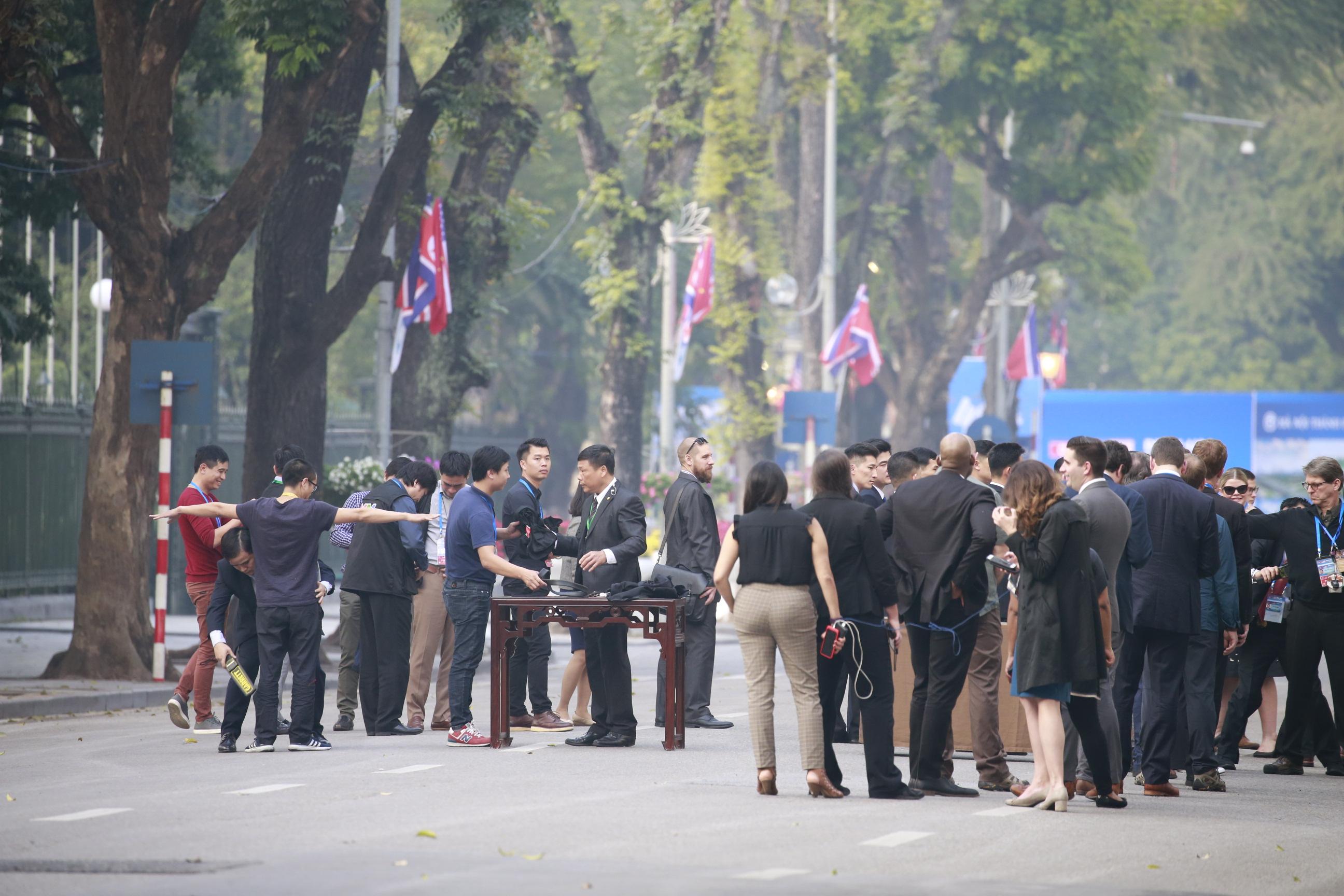 第二次美朝领导人会晤:内场记者走出酒店开始安检