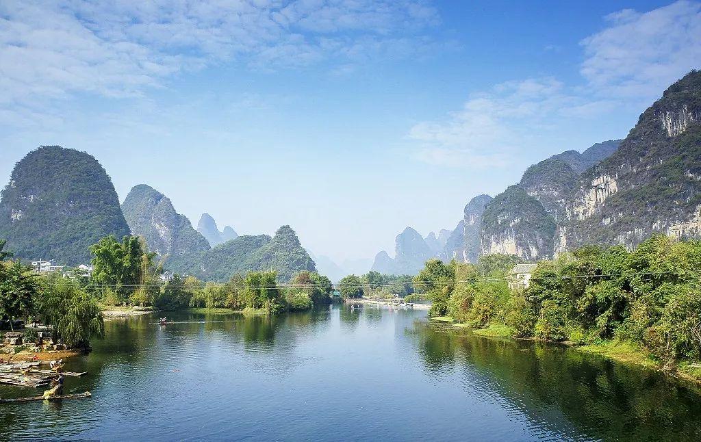 多民族的分布令山水间添了几分神秘而艳丽的色彩,人文之美与山水之意