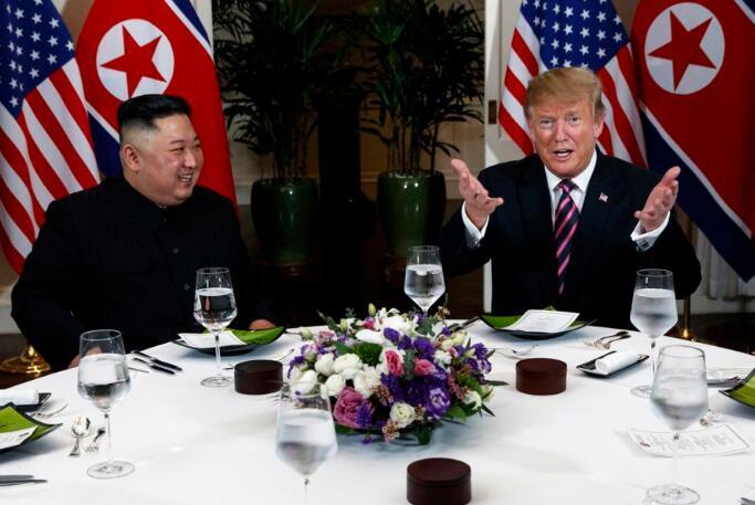 特朗普同金正恩举行晚宴 特朗普嘱咐摄影师:把我们拍好看点